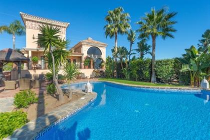 Villa en venta en Hacienda las Chapas, Marbella con 5 dormitorios, 5 baños, 4 baños en sui