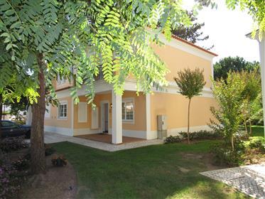 Uma bonita e espaçosa moradia geminada de 3 quartos situada no prestigiado Empreendimento da Praia d