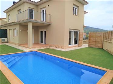 Casa esquinera con piscina particular en Calonge