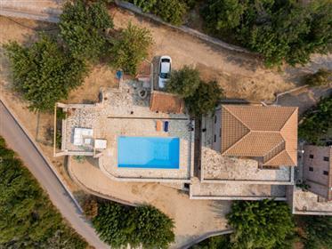 Βίλλα 180τ.μ  με πισίνα στα Πούλιθρα