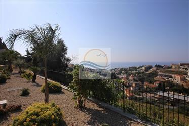 Appartamento con balcone e vista mare in vendita a Sanremo.