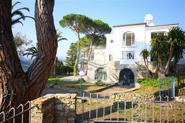 Villa con piscina e vista mare in vendita a Bordighera.