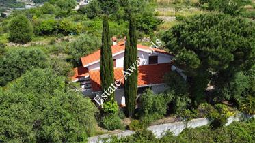 Casa indipendente con vista mare in vendita a Ospedaletti.