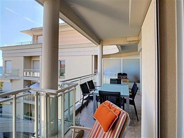Cannes, dans une résidence de luxe en bord de mer avec piscine