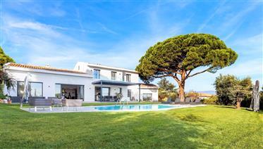 Cannes, Super Cannes, dans un domaine fermé magnifique villa avec belle vue mer. Villa entièrement