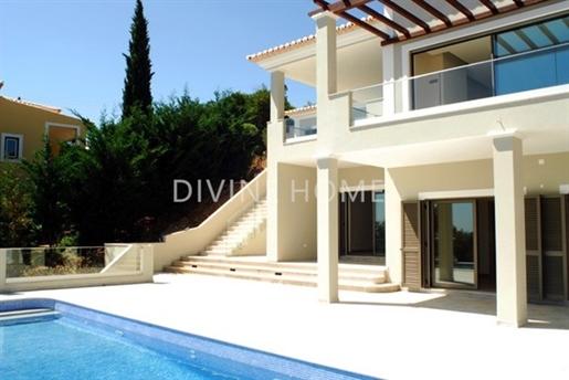 Moradia V4 nova e espaçosa de alta qualidade em Monchique com vistas incríveis e piscina infinita aq