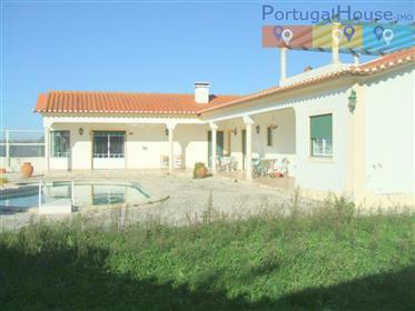 Moradia T4 Independente com piscina e terreno a 5 minutos das praias do Baleal.