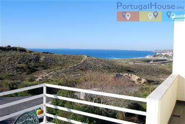 Moradia T4+1 com vista para o mar e praia, com piscina, jardins e espaço de lazer virado a sul.