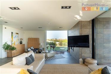 """Moradia moderna plena de privacidade e luxo com 2 T1 de """"Guest House"""""""