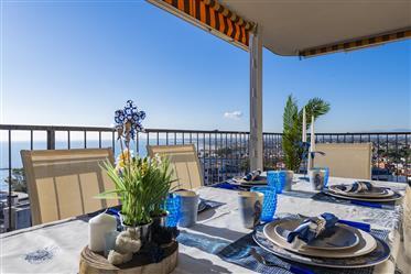 Impresionantes vistas al mar desde este apartamento de tres habitaciones en primera linea de playa.