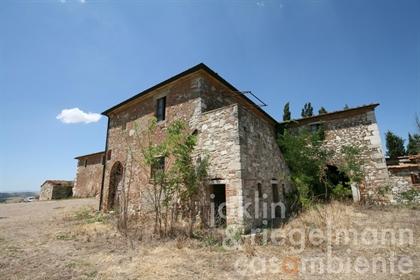 Case di campagna da ristrutturare nella Crete Senesi in vendita