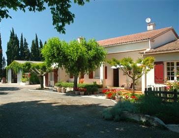 Villa-Style property with large garden and workshop