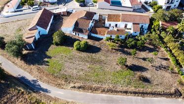 Casa para recuperar com terreno em Alvorninha