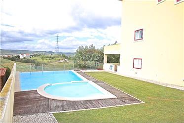 Moradia em banda com piscina, jardim e garagem em Arruda dos Vinhos