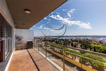 T3 com 2 estacionamentos e arrecadação, Restelo, Lisboa