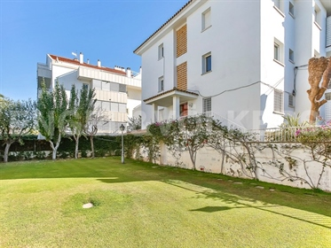 Spectacular ground floor corner flat facing the sea with a garden of almost 78m2 and commu