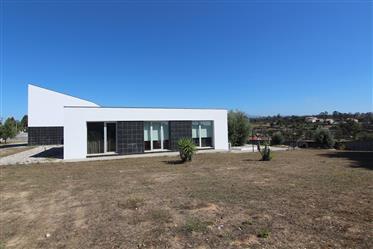 Moradia T3, de arquitectura moderna, a 5 min de Oliveira do Hospital