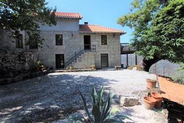 Quinta Com Casa Em Pedra Renovada, Com 3 Quartos. Terraço De Madeira Com Vista Sobre O Vale, Perto D