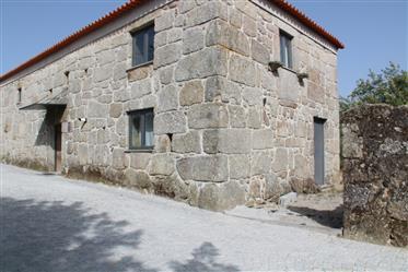 Casa T3, em pedra, totalmente recuperada, com terreno, perto de Tábua