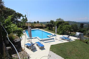 Quinta rural, com potencial para negócio, com piscina e terreno com vistas maravilhosas, a poucos km