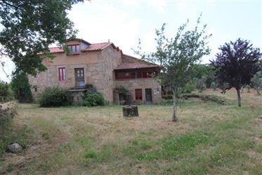 Quinta com casa em pedra, terreno e vista para a Serra da Estrela, entre Oliveira do Hospital e Seia
