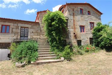 Quinta com casa em pedra, terreno e vista para a Serra da Es...