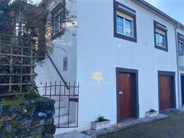 Novo Preço: Casa Rústica T4, com deck, pátio e jardim, a 10 min de Góis e da Lousã, junto ao rio.