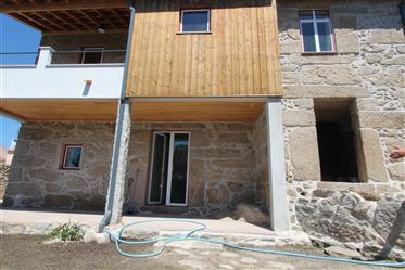Casa rústica T3, toda em pedra, recuperada, com jardim e terraço com vistas maravilhosas