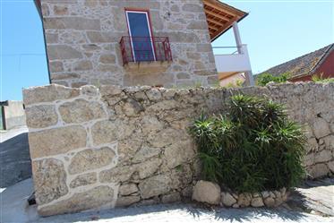 Casa rústica T3, toda em pedra, recuperada, com jardim e ter...