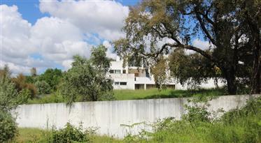 Moradia de arquitectura moderna, com terreno de 3000m2 e excelente exposição solar, a poucos minutos