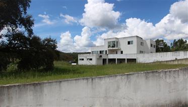 Moradia de arquitectura moderna, com terreno de 3000m2 e exc...