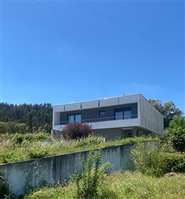 Moradia T4, arquitetura moderna, com terraço e churrasqueira, a 2 min da vila de Miranda do Corvo