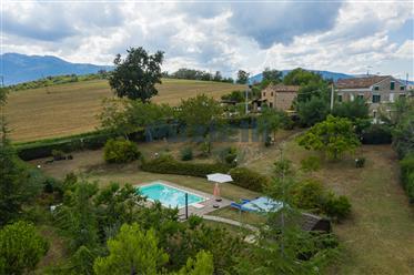 Casale ad uso bed and breakfast con piscina nelle Marche
