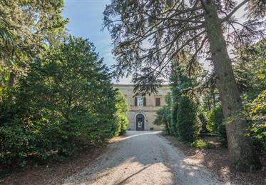 Prestigious and historic farmhouse with park for sale in The...