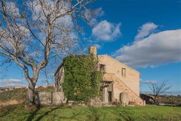 Casale con vista panoramica in vendita a Carassai nelle Marche