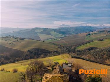 Borgo da ristrutturare in vendita a Carassai nelle Marche