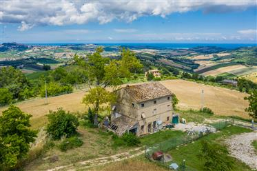 Farmhouse to be renovated in the Marche region with stunnin...