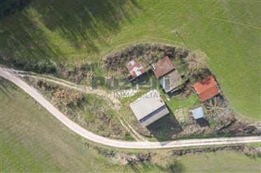 Casa di campagna con accessori e terreno in vendita nelle Marche