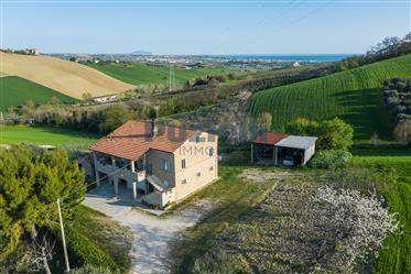 Casa di campagna con vista mare e terreno a Capodarco