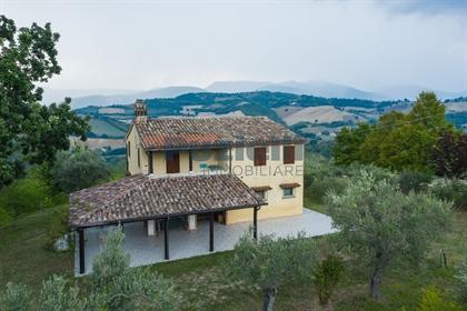 Casa di campagna con vista panoramica in vendita a San Severino