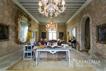 Luxury villa for sale in Asolo with land and swimming pool