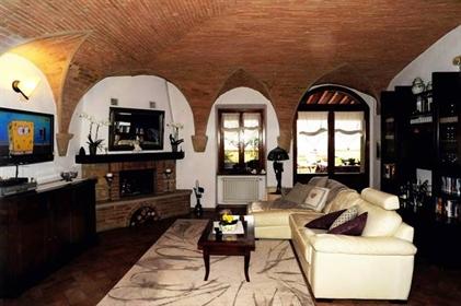 In uno splendido piccolo e tranquillissimo borgo toscano appena fuori Volterra vi presenti