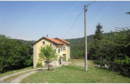 In posizione molto tranquilla e panoramica, immersa nella natura, bella e grande casa di c