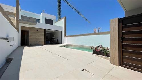 La Alameda Ii is een woonwijk die bestaat uit halfvrijstaande huizen met 3 slaapkamers en ...