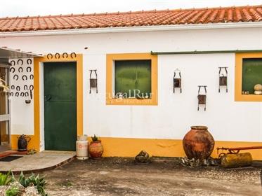 Quinta com vários pavilhões agrícolas com vista magnífica sobre a planície ribatejana