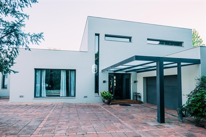 This spectacular home located in one of the most exclusive areas of Girona, is a 15 minute