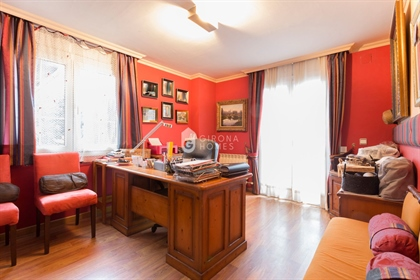 With an excellent location (Palau, Girona), large usable spaces and a beautiful garden, yo