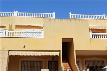 Apartamento de 2 dormitorios y 1 baño en la planta superior con amplio solárium y vistas a la montañ