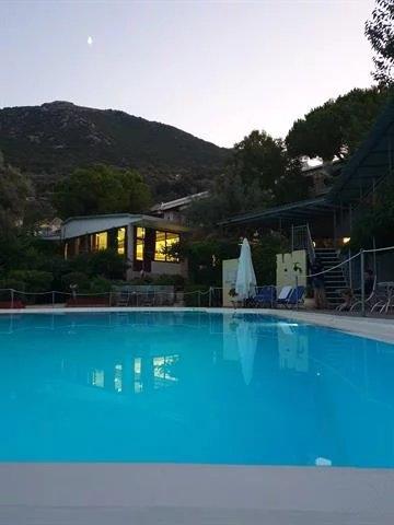 4 Ξενοδοχείο προς πώληση στη Λευκάδα, διαθέτει 25 δίκλινα δωμάτια, 27 τρίκλινα τετράκλινα, 5 μονόκλ