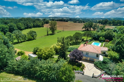 Country house with swimming pool on 2.7 hectares of land.